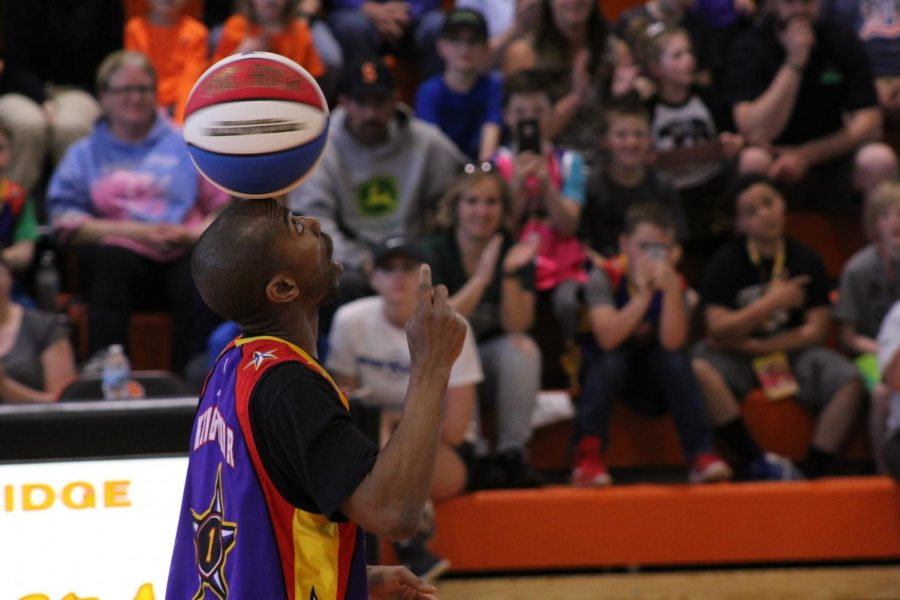 %E2%80%9CKing+Arthur%E2%80%9D+Lewis+Jr.+a+performer+on+the+Harlem+Wizards+Showtime+Unit%2C+mesmerizes+the+crowd+with+his+ball+balancing+skills+between+halves.